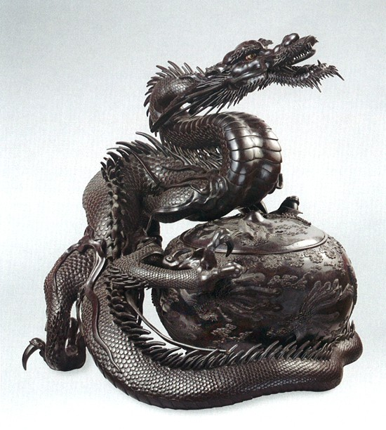 Dragon enserrant un brûle-parfum sphérique à décor de phénix (bronze), Japon entre 1873 et 1883, @musée Cernuschi - MNAAG Paris. L'agrandissement montre un brûle-parfum en forme de faucon (argent, or, bronze), vers 1890, Londres, @The Khalili Collections of Japanese Art.