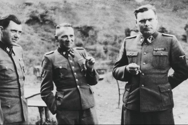 Josef Mengele, Rudolf Hoess, commandant d'Auschwitz, et Josef Kramer, commandant du Struthof puis de Bergen-Belsen ; agrandissement : moment de détente pour le personnel d'Auschwitz