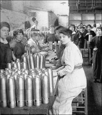 Munitionnettes dans une usine d'armement