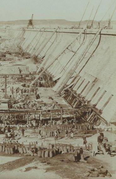 Construction du grand barrage d'Assouan, s.d.