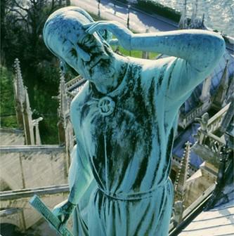 Eugène Viollet-le-Duc figuré en apôtre sur les toits de Notre-Dame de Paris (DR)