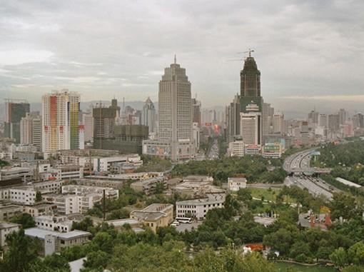 La ville d'Urumqi en 2004, Xinjiang, Chine, photographiée depuis un pavillon au sommet d'une petite colline, au nord du centre-ville.