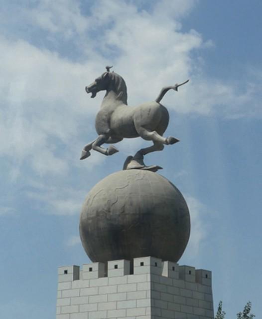 Statue du Cheval céleste, symbole de la région.