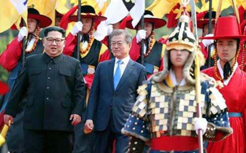 Kim Jong-un et Moon Jae-in accompagnés de la garde d'honneur sud-coréenne en tenue traditionnelle, le 27 avril 2018.