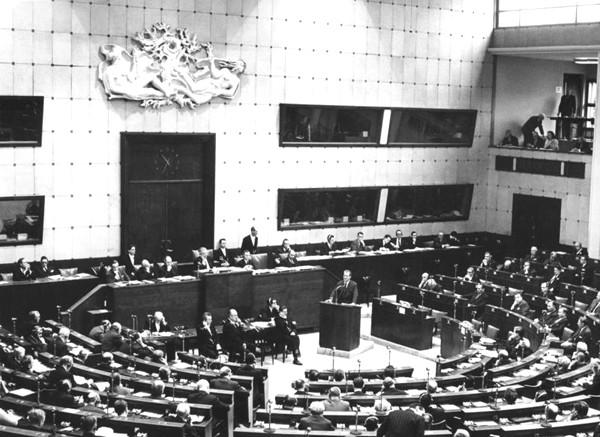 Une session de l'Assemblée parlementaire du Conseil de l'Europe en janvier 1967 avec le chancelier Willi Brandt à Strasbourg, dans la Maison de l'Europe, salle partagée avec le Parlement européen jusqu'en 1999, photographie Engelbert Reineke, Archives fédérales allemandes.