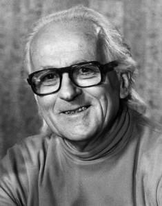 René Dumont (1904-2001) dans son film de campagne en 1974. En agrandissement : René Dumont à Paris devant la Tour Eiffel.