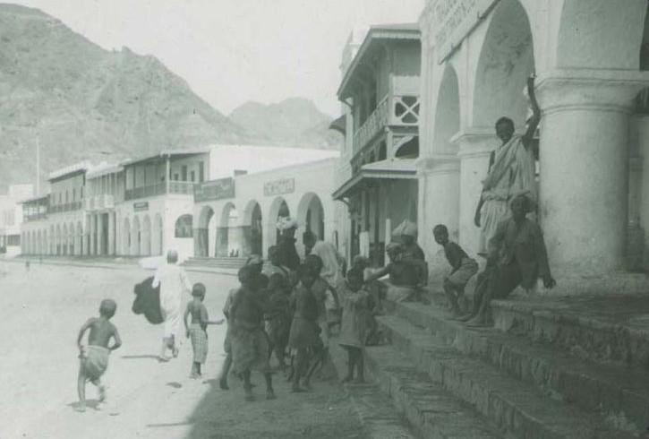 Sur les marches de la véranda de l'hôtel Sheikh Othman à Aden, 1896, Chicago, Field Museum. En agrandissement, une photographie des environs d'Aden. Avant le déjeuner à Scheik Othman, vers 1890, Charleville-Mézières, musée Arthur Rimbaud.