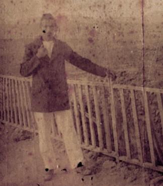 Arthur Rimbaud, Autoportrait sur une terrasse à Harar (détail), 1883, Charleville-Mézières, musée Arthur Rimbaud. En agrandissement, Arthur Rimbaud dans un jardin de bananes, 1883, Paris, BnF.