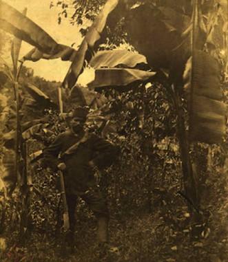 Le portrait de Sotiro, l'adjoint de Rimbaud à Harar en tenue de chasseur parmi des bananiers, 1883-1885, musée Rimbaud à Charleville-Mézières. L'agrandissement montre une carte schématique des itinéraires de Rimbaud en Éthiopie de 1880 à 1891 publiée dans Jean-Marie Carré, La Vie de Rimbaud, 1926.
