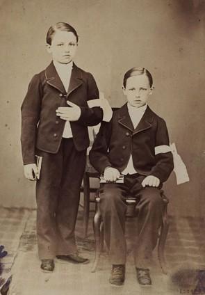 Arthur Rimbaud et son frère Frédéric lors de leur première communion, 1866, Paris, BnF. L'agrandissement présente une carte postale ancienne du collège de Charleville, XXe siècle, Charleville-Mézières, musée Arthur Rimbaud.