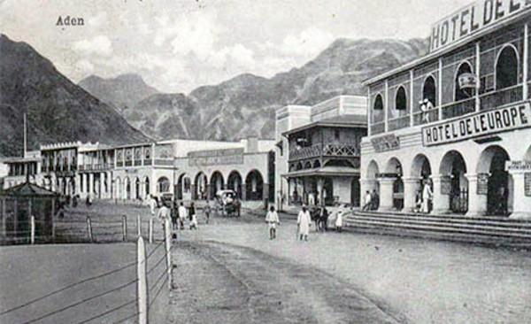 Carte postale ancienne d'Aden, s.d. L'agrandissement montre la maison de commerce Bardey à Aden, Jean-Jacques Lefrère/Flammarion.