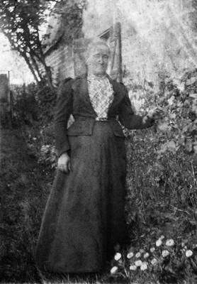 Hameau de Roche, village de Chuffilly-Roche — Ferme de Roche, Vitalie Rimbaud-Cuif, mère d'Arthur, vers 1880. L'agrandissement montre le portrait de Paul Demeny, ami et confident de Rimbaud, vers 1890.