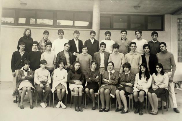 La classe de seconde C à la rentrée de septembre 1967. Christian Rossi est au dernier rang, le deuxième à partir de la droite. En agrandissement : Gabrielle allumant la cigarette de Christian Rossi sur la plage de Sainte-Croix à Martigues, en juillet 1968.