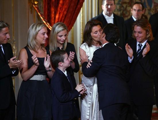 Nicolas Sarkozy embrasse sa femme Cécilia sous les yeux de leurs enfants, mercredi 16 mai 2007, DR. L'agrandissement montre une photo du président Barack Obama et la première dame Michelle Obama accueillis par le président français Nicolas Sarkozy et son épouse Carla Bruni-Sarkozy au Palais Rohan de Strasbourg, le 3 avril 2009.