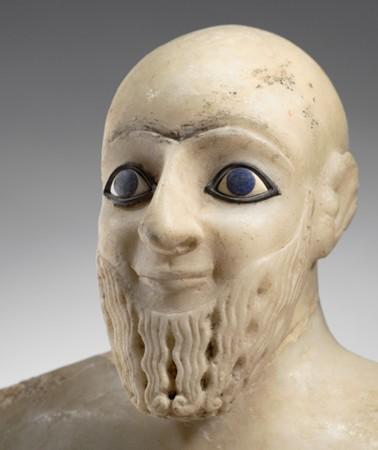 Statue d'Ebih-Il, Mari, XXIVe siècle av. J.-C., Paris, musée du Louvre. L'agrandissement présente la tête d'Akhenaton, XIVe siècle av. J.-C., Louxor, musée.