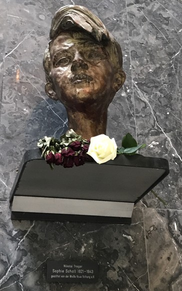 Une statue de Sophie Scholl, ornée de roses blanches, est aujourd'hui installée dans l'entrée de l'Université de Munich.