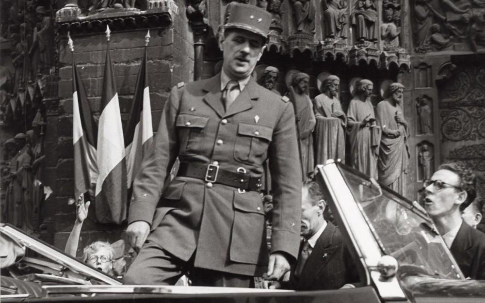 Charles de Gaulle sur le parvis de la cathédrale Notre-Dame le 26 août 1944.