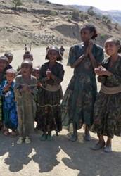 Écoliers accompagnés de leurs institutrices dans le nord de l'Éthiopie chantant en tigray (2014)