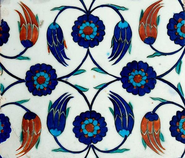 Carreau à rosettes et tulipes issues de tiges formant des losanges, s. d., Paris, musée du Louvre. Agrandissement : Carreaux d'İznik dans la bibliothèque Enderûn (bibliothèque du sultan Ahmed III), Istanbul, palais de Topkapi.