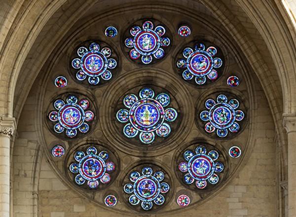 Rose du transept Nord de la cathédrale Notre-Dame de Laon (Aisne) : la Rose des Arts libéraux. Les médaillons représentent les 7 arts libéraux, auxquels ont été ajoutées la Médecine et la Philosophie (médaillon central). Le vitrail date de 1200 à 1210, mais quatre médaillons ont été réalisés par Adolphe Charles Edouard Steinheil en 1865 (la Philosophie, la Rhétorique, la Musique, la Médecine).