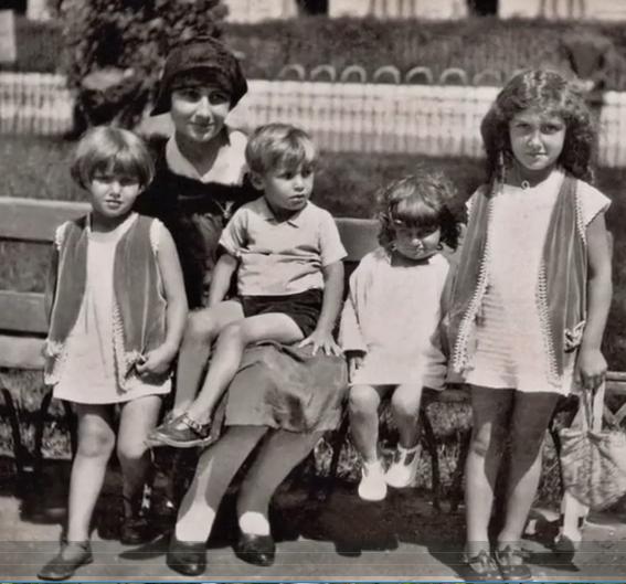 Yvonne Jacob à Nice avec ses enfants Denise, Jean, Simone et Madeleine (DR)
