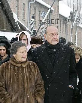 Simone Veil et Jacques Chirac le 27 janvier 2005 à Auschwitz pour le 60e anniversaire de la libération du camp (DR)