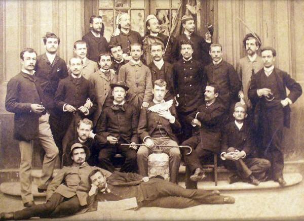 Promotion 1883 des élèves de l'ENS avec plusieurs futurs dreyfusards aux côtés de Lucien Herr, futur bibliothécaire de l'École (debout à gauche). Centre d'histoire de Sciences Po, Archives d'histoire contemporaine, fonds Lucien Herr, DR.