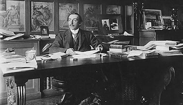 Maurice Barrès à son bureau, coll.archives Larbor, DR.