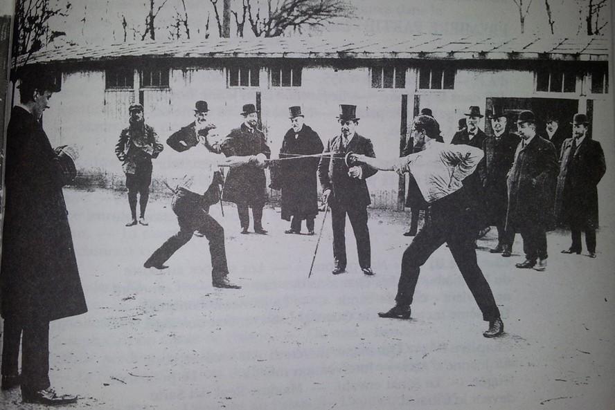 Charles Maurras (à gauche) se bat en duel contre Landau (journaliste), décembre 1909, photographie Roger-Viollet, DR.