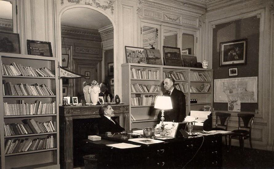 Charles Maurras dans son bureau, vers 1918, photographie Pierre Ligey, Paris.