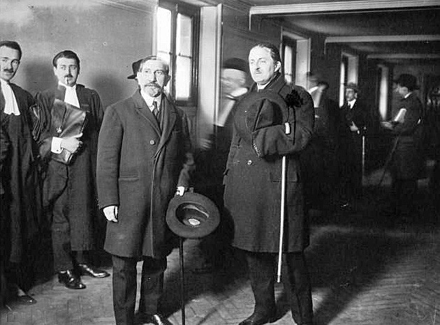 « Les Camelots du Roi au Palais », à gauche, Maurras, à droite, Maxime Réal Del Sarte, sculpteur et fondateur des Camelots du roi, agence de presse Meurisse, BnF, Paris.