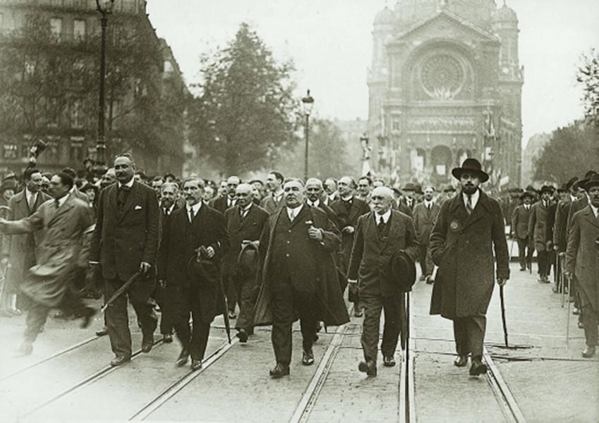 Manifestation à l'occasion de la fête de Jeanne d'Arc à Paris, le 8 mai 1927. En tête du cortège quittant la place Saint-Augustin, de gauche à droite : Bernard de Vesins, Charles Maurras, Léon Daudet.