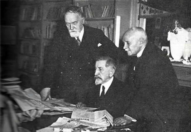 Maurras à son bureau, à sa gauche, Maurice Pujo, DR.