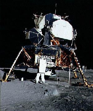 Buzz Aldrin photographié par Neil Armstrong  au pied du module lunaire Eagle (LEM) d'Apollo XI (DR)