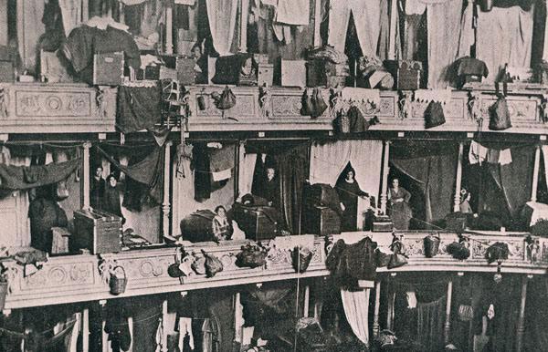 Réfugiés grecs d'Asie mineure dans le théâtre d'Athènes en 1923-1924