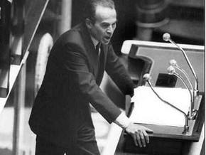 Robert Badinter (53 ans) à la tribune de l'Assemblée nationale, défendant son projet d'abolition de la peine de mort, le 17 septembre 1981