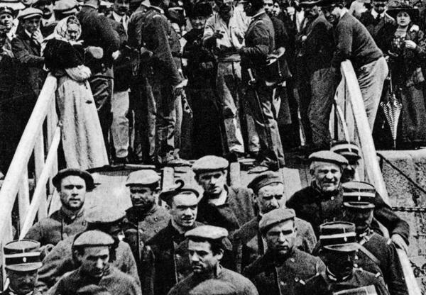 Départ de la bande à Bonnot pour le bagne de Cayenne, à La Rochelle en 1913