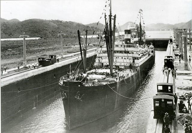 Inauguration du canal de Panama, avec le passage de l'Ancon