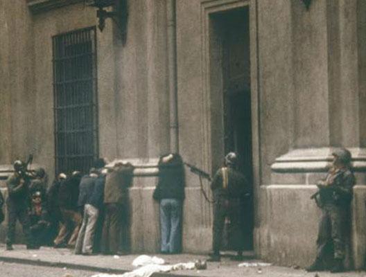 Arrestations dans la rue à Santiag-du-Chili, 11 septembre 1973
