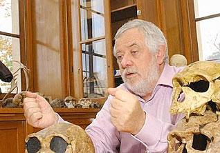 Yves Coppens, né en 1934, est professeur au Collège de France