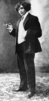 Colette en costume masculin, avant 1915.