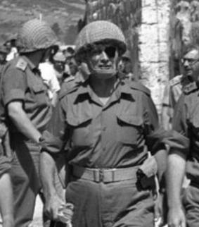 Moshé Dayan, ministre israélien de la Défense en 1967 (20 mai 1915 ; 16 octobre 1981)