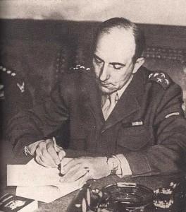 Jean de Lattre de Tassigny paraphe les protocoles de capitulation de l'Allemagne, à Berlin,  le 8 mai 1945 (DR)