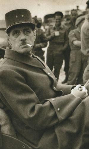 Charles de Gaulle sur une plage de Normandie en juin 1944