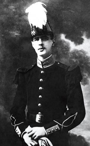 Charles de Gaulle en saint-cyrien, avec casoar