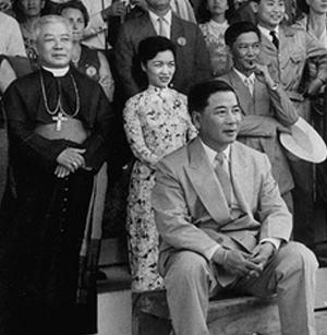 Ngô Dinh Diêm, président de la République du Vietnam (Huế, 3 janvier 1901 ; Saïgon, 2 novembre 1963), devant son frère l'évêque Ngo, sa belle-soeur et son frère Nhu