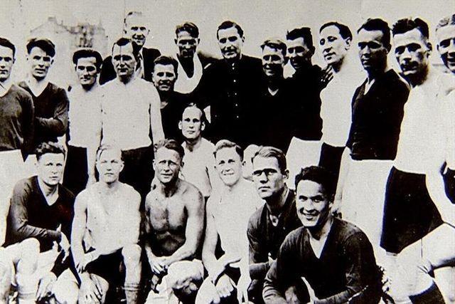 Les joueurs des équipes soviétique et allemande avant le match du 9 août 1942 à Kiev