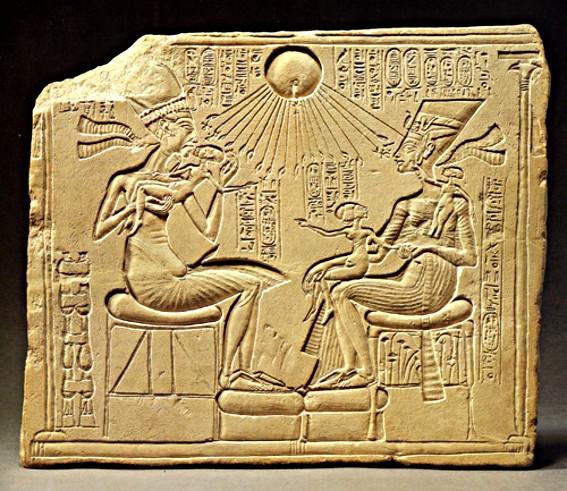 Akhenaton et Nefertiti en famille, protégés par le Soleil, vers 1340 av. J.-C., art armanien, Berlin, Ägyptisches Museum