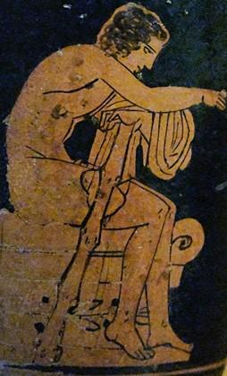 Le jeune Héraclès nu, assis sur un autel, tenant sa massue, 450-400 av. J.-C., musée régional archéologique de Palerme, Italie.