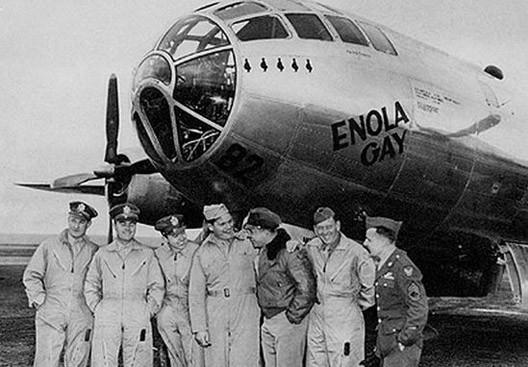 Le colonel Tibbets et son équipage devant le bombardier Enola Gay, quelques heures avant de lancer la bombe atomique sur Hiroshima (6 août 1945)